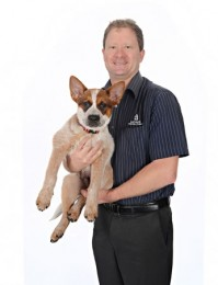 Bernie Bredhauer of Northgate Veterinary Surgery, with Red dog